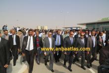 رئيس الجمهورية والوزير الأول أثناء تجوالهم في باحة المطار